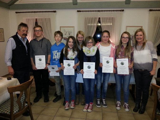 Nach bestandener Prüfung zeigten die sieben kleinsten Eversberger Musiker stolz die Urkunden, die ihnen Dirigent Gregor Wagner (l) und Vorsitzende Iris Bohnenkamp (r) in der Generalversammlung überreichten.