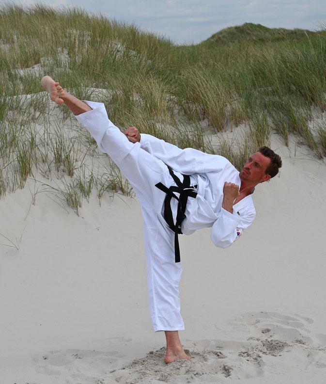Thomas Seiler, 3. DAN Schulleiter und Lehrer für Traditionelles Taekwondo der Sportschule - Adelzhausen beim freien Training, die TOP-Adresse im Landkreis Aichach-Friedberg
