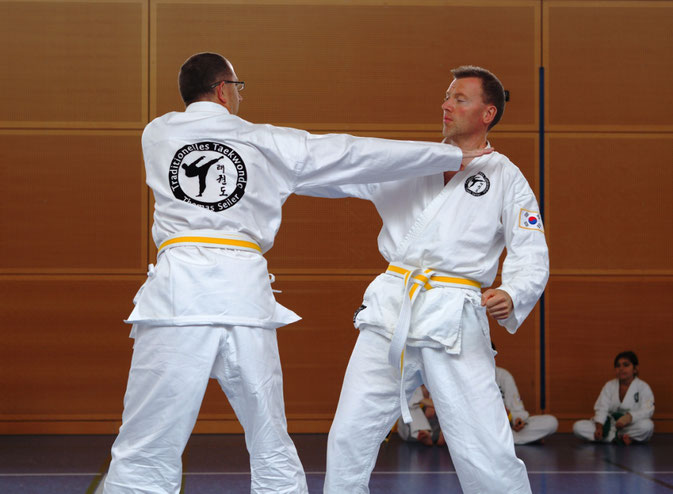Erwachsene beim Einschrittkampf Ilbo Taeryon Selbstverteidigung in der Taekwondo - Sportschule Adelzhausen, die TOP-Adresse im Landkreis Aichach-Friedberg