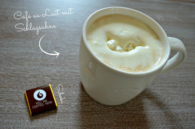 Milchkaffee im Starbucks Becher