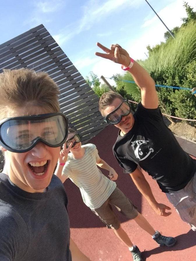 Ich (Simon) muss natürlich noch ein Selfie von unserer Reise machen. Auch Matze und Daniel schliessen sich mir an. Entweder liegt es an unserem Coiffeurs oder vielleicht trotzdem am Wind, dass wir so volles Haar haben.