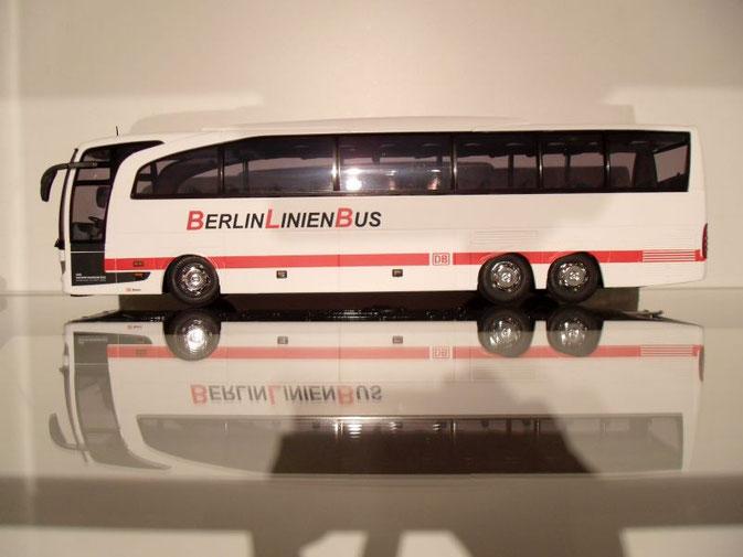 Macht auch vor einem ICE eine gute Figur: Mercedes-Benz Travego M im Auftrag der DB.