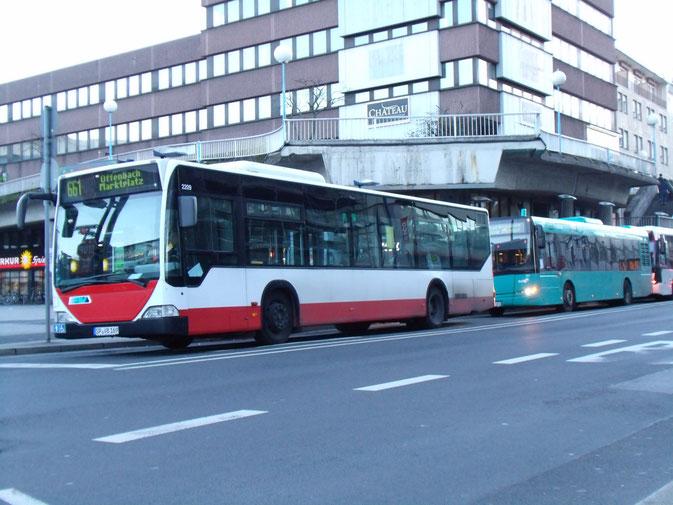 Hamburg trifft Frankfurt in Offenbach:  Der Citaro, Bj. 2001 ex-Hamburger Hochbahn AG #2209 [HH-XY 1462], verfügt u.a über die obligatorische Heck-Zielanzeige. Dahinter In-der-City-Bus #221.