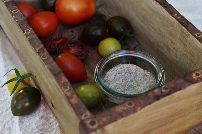 Tomatensalz mit Tomaten in einer Holzkiste