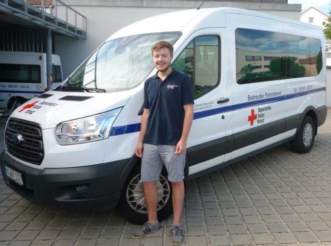 Georg Ochsenkühn erhält durch den Bundesfreiwilligendienst beim  Betreuten Fahrdienst einen vielfältigen Einblick in die Arbeit des  Roten Kreuzes sowie in die mobilen sozialen Dienste.  Foto: BRK Neumarkt – Strobl