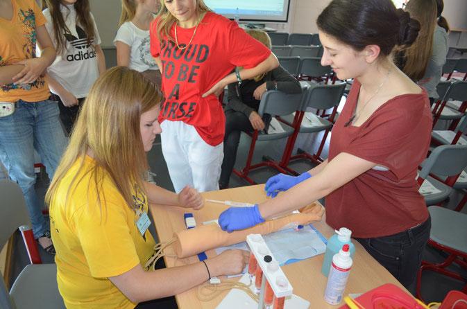Workshop Blutabnahme. Foto: Oliver Schwindl