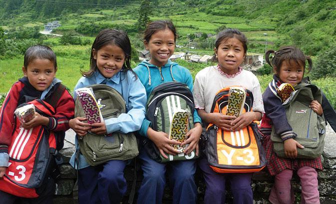 Bild: Lachende Schulkinder in Nepal