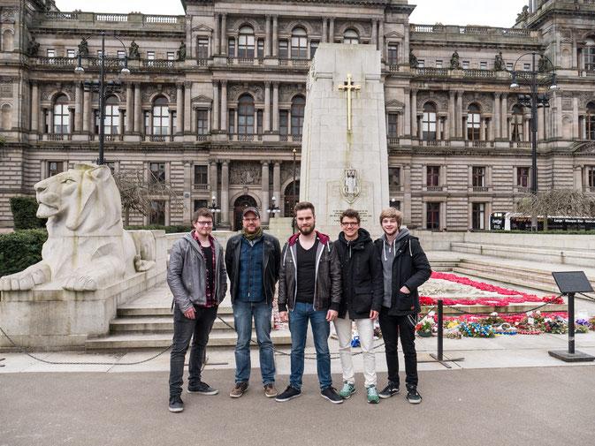 Markus, Mick, Till, Alex und René vor dem Rathaus in Glasgow
