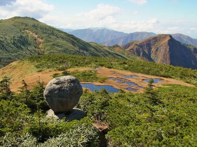平ケ岳の奇跡「玉子石」 絶妙のバランス。山頂から1kmあります。