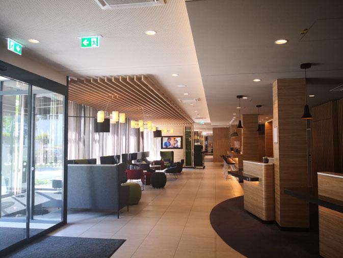 Hotel-Foyer mit LED-Downlights in 2.700 Kelvin mit DALI und DC-fähig