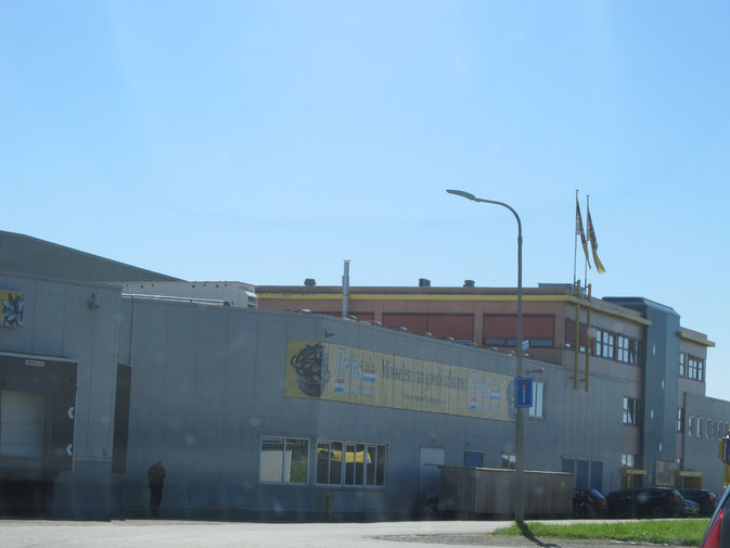 Yerzeke, l'usine de Prins & Dingemanse avec un point de vent aux particuliers.
