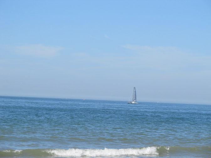 La mer avec peu de navigation en vue. Un vrai plaisir de nager dans une eau claire.