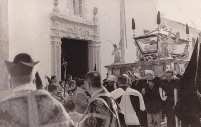 Detalle de la salida del S. Entierro en los años 50. Se puede apreciar la antigua portada de la Madre de Dios.Foto cedida por J. Javier Muñoz Quirós.
