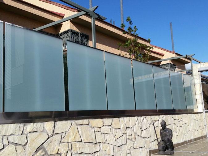 vallado de acero inoxidable y cristal de diseño