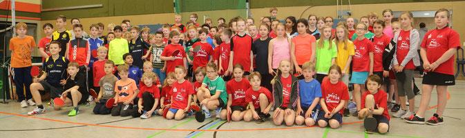 Genau 100 junge Tischtennisbegeisterte gingen bei den Bezirksminimeisterschaften in Menden an die Tische!