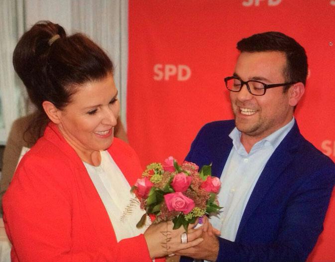 Im Bild:  Fraktionsgeschäftsführerin und SPD Ratsfrau Gabriele Stange mit dem Fraktionsvorsitzenden Dimitrios Axourgos