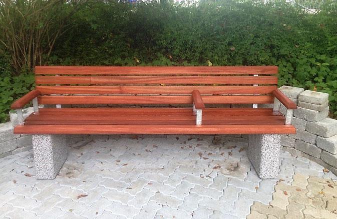 Seniorengerechte Parkbank Model Sarah. Mit Arm- und Mittelarmlehne. Sitzhöhe 45 cm / Sitztiefe 44 cm / gerade Sitzebene.