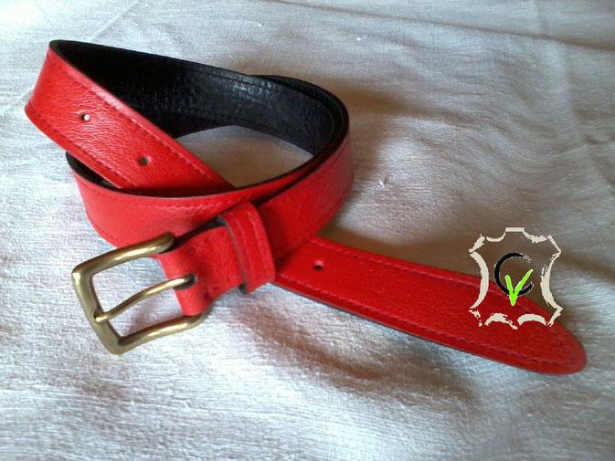 ceinture en cuir rouge doublée cuir noir, boucle dorée 25 mm piquée machine.