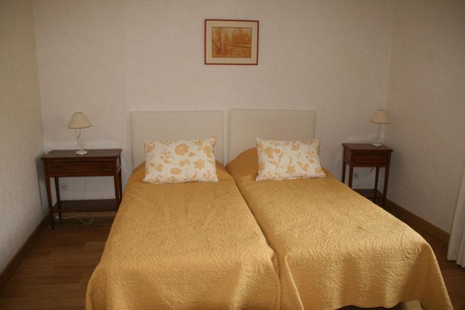 CHAMBRE JAUNE / possibilité un grand lit 180 x 200 ou deux lits jumeaux 90 x 200