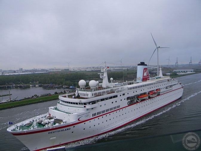 MS Deutschland auf dem Weg nach Amsterdam am 4.5.2012