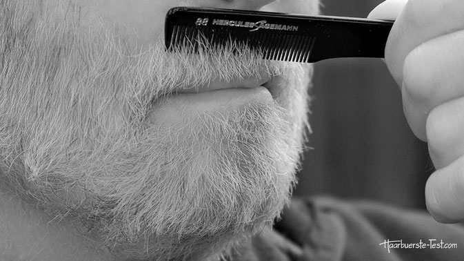 Mit einem Bartkamm oder einer Bartpflegebürste lassen sich rasch und haarschonend Schuppen, Staub und andere lose Rückstände auskämmen. (hier Hercules Sägemann Bartkamm)