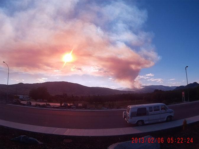 Das Feuer in der Nähe wütet seit 2 Wochen. Leider hab ich kein Bild der nächtlichen Flammenwand, da mein Handy kaputt  war und der Typ mit der Kamera ja nach Ottawa geflogen ist. Momentan liegt alles in Rauch.
