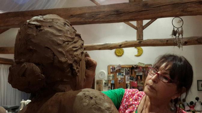 La escultora suizo-ecuatoriana Alice Treep en su taller.
