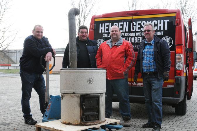 Hans-Peter Hecker (erster v. rechts) spendiert Kochkessel aus dem Allgäu