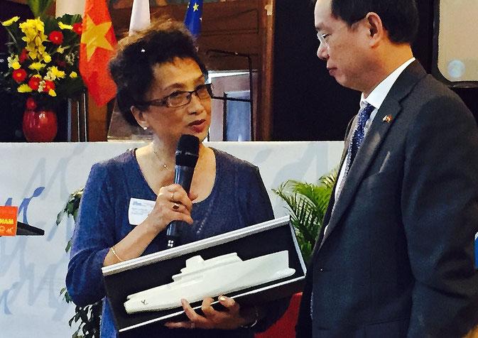 Remise d'une maquette en porcelaine du bâteau Yersin à monsieur NGUYEN Ngoc Son l'ambassadeur du Vietnam en France