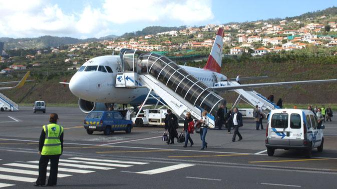 Passagiere verlassen das Flugzeug