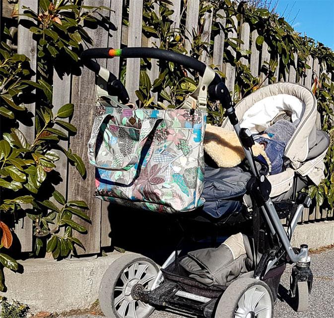 Oilily Wickeltasche am Kinderwagen