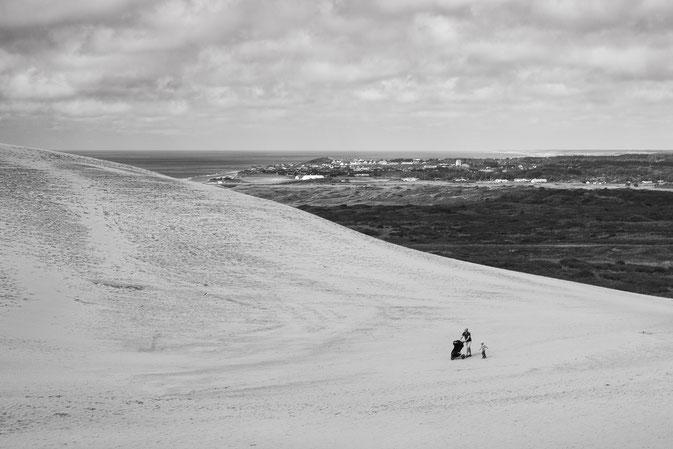 Rubjerg Knudde Fyr, Düne, dune, kleine Menschen große Düne, small people huge dune, Schwarzweissfotografie, kreative Fotografie, Fototipps
