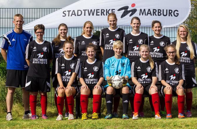 Über den neuen Sponsoringvertrag, verbunden mit einem neuen Trikotsatz, freut sich das Team mit Trainer Stefan Bamberger (l.)