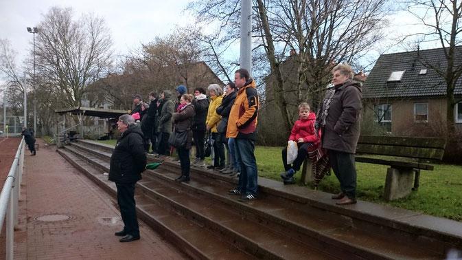 Trotz Regen und Kälte immer dabei, die  Fans von Arminia Ickern