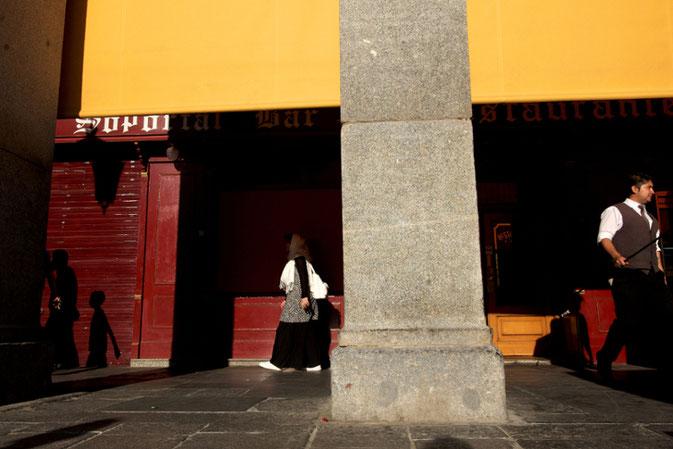 Street Photo, photographie, Madrid, Puerta del Sol, arcades, rouge, jaune, noir, couleurs, habitants, serveur, ombres, femme voilée, café, boutique ,rue, vieille ville, Mathieu Guillochon, été, lumière.