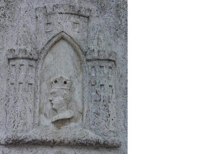 1883年に作られた石造りの噴水に刻まれている紋章。タウンスクエアで見ることができます。