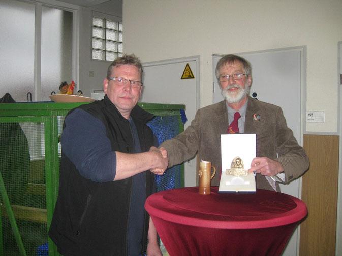 Der Kreisvorsitzende Dietmar Dreke gratuliert dem Vorsitzenden des RGZV Much 1977 Günther Pöpperl zur BDRG-Medallie.