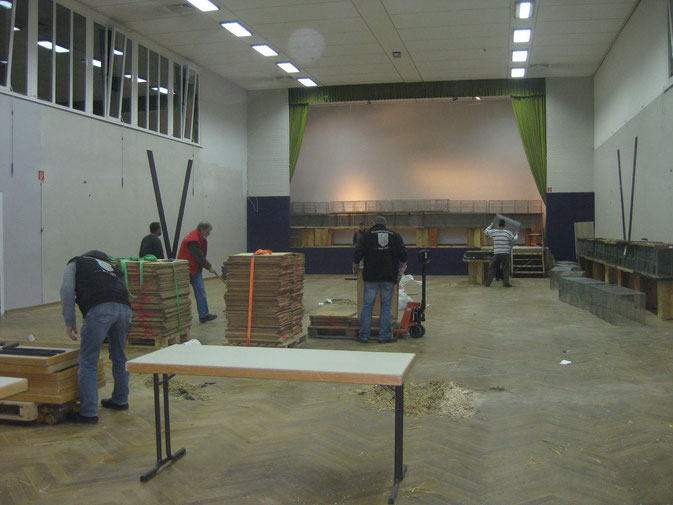Und zum Schluss wird aus der Ausstellungshalle wieder eine saubere Turnhalle für unsere Kinder.