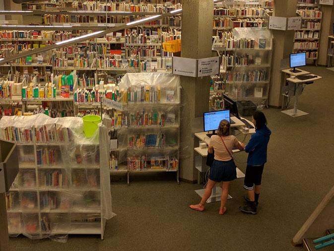 Bücher im Regen in der Bezirkszentralbibliothek in Tempelhof