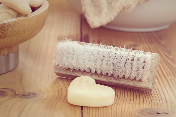 Fleckenentfernung (Teil III): Blutflecken, Schmieröl, Edingflecken, Eigelbflecken, Filzstift, Karottenflecken und Kettenöl entfernen