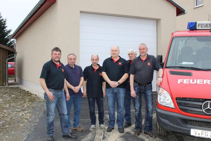 Die Kameraden Heiko Ebert, Jens Fügemann, Heiko Bock, der stellvertretende Wehrleiter Günter Haller, Berthold Röder und Wehrleiter Jürgen Schreiner stehen Spalier vor ihrem neuen Gerätehaus.
