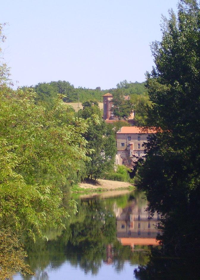 Château et plage de Loubéjac sur l'Aveyron
