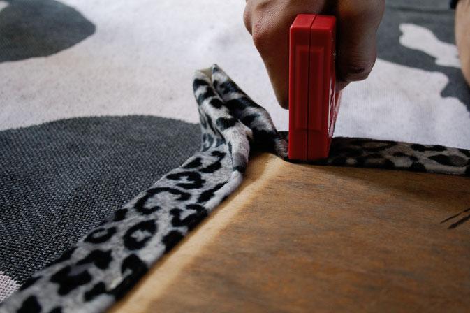 Leo-/Zebrafellstühle - Stoff fest tackern - Zebraspider DIY Blog