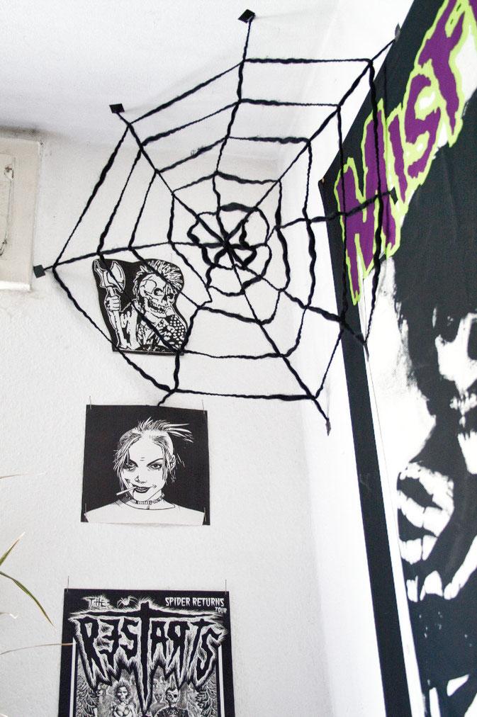 schnelles Halloween DIY - großes Spinnennetz aus Wolle knüpfen