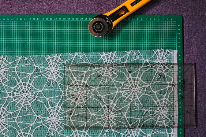 Coole Klamotten auch für die Fenster - Spinnennetz schneiden - Zebraspider DIY Anti-Fashion Blog