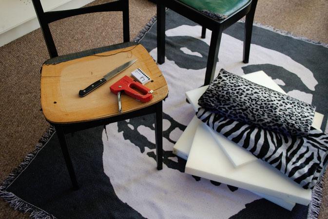 Leo-/Zebrafellstühle - schwarz gestrichen + Polstermaterial - Zebraspider DIY Blog