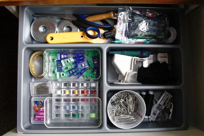 Rundgang durch mein Nähzimmer in England - Nähkästchen Schublade - Zebraspider DIY Blog