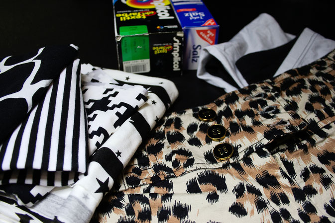 Punk Hot Pants Projekt - Hosen und Stoffe Grün färben - Zebraspider DIY Blog