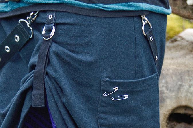Wochenend-Outfit - Fotos im Steinbruch - schwarzer Bondagerock -  Zebraspider DIY Blog