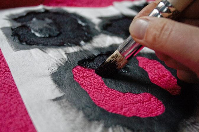 Handtuch mit Leomuster bemalen - last-minute Geschenk-Idee - Stencil auf Frottee-Stoff